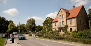 Ansicht der Bahnhofstraße, vorn rechts gehen zur Altstadt.