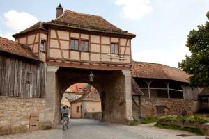 Stadttor von innen mit erhaltener Wehrmauer